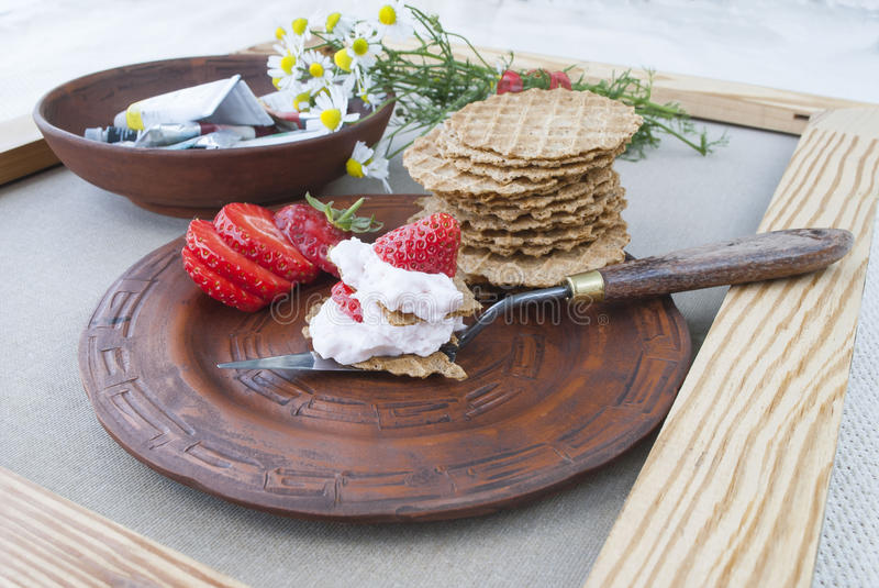 Jordgubbar och kräm, stilleben av frukt och blommor arkivfoto