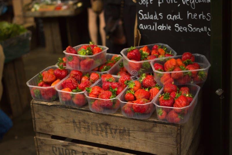Jordgubbar på försäljning på fruktställningen fotografering för bildbyråer