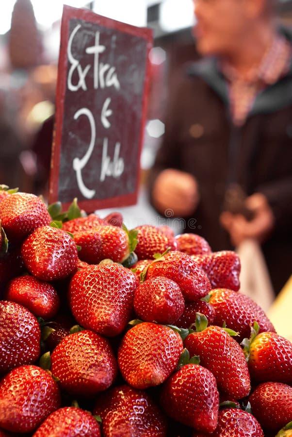 Jordgubbar som säljs på den lokala marknaden royaltyfri fotografi