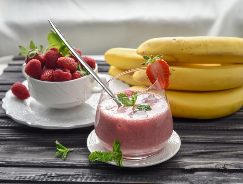 Jordgubbe-, hallon- och banansmoothie som göras med ingred nytt arkivfoton