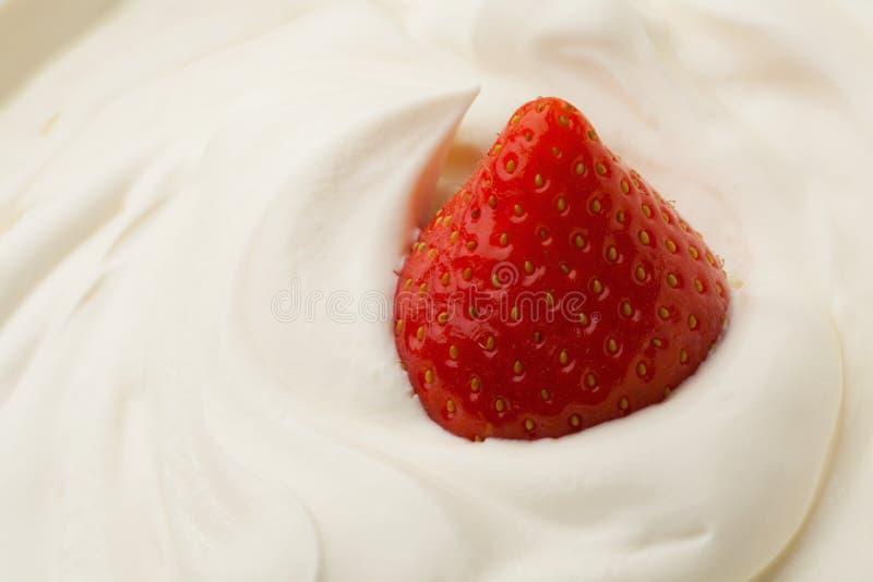 Jordgubbe i yoghurt arkivbild