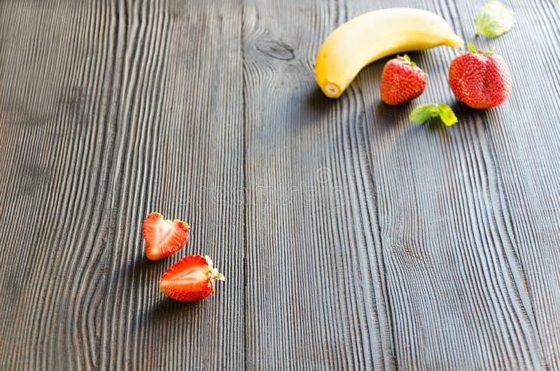 Jordgubbe och banan - ingredienser för smoothies royaltyfri foto