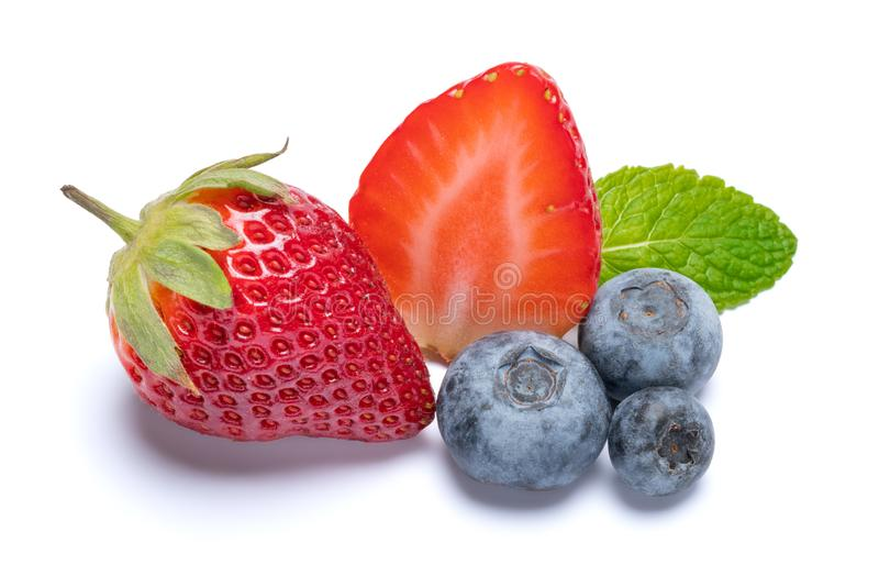 Jordgubbe- och bl?b?rfrukter som isoleras p? vit bakgrund med den snabba banan royaltyfri bild