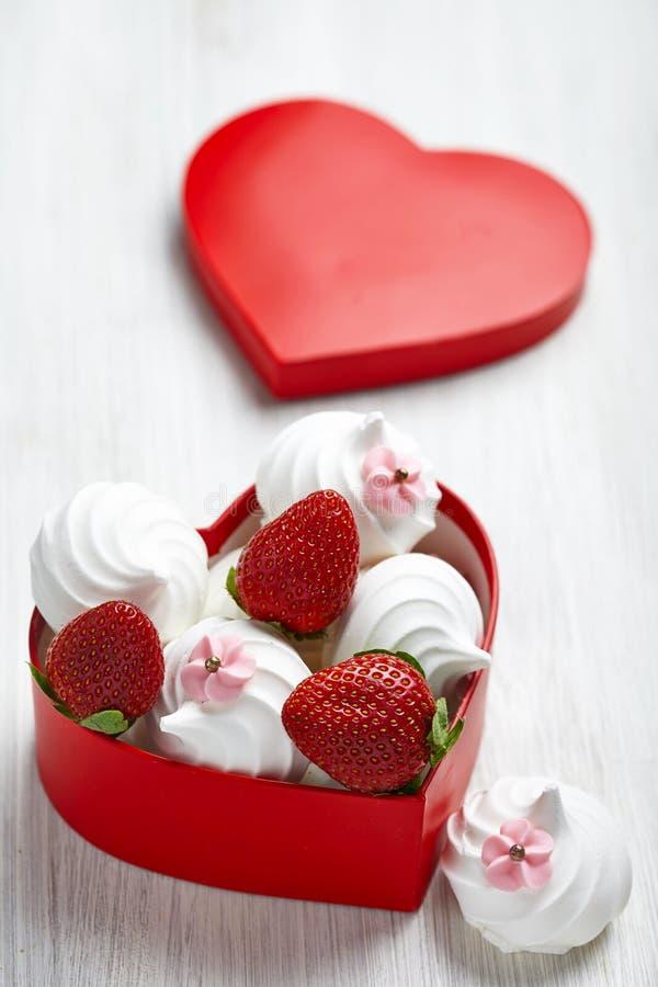 Jordgubbe och maräng för valentin dag royaltyfri bild