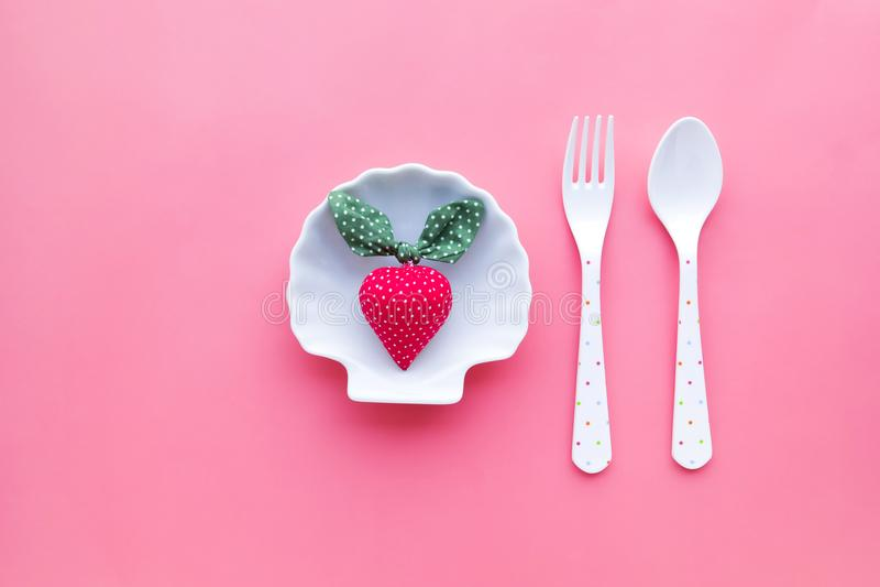 Jordgubbe på maträtt med bakgrund för pastellfärgad färg royaltyfria foton