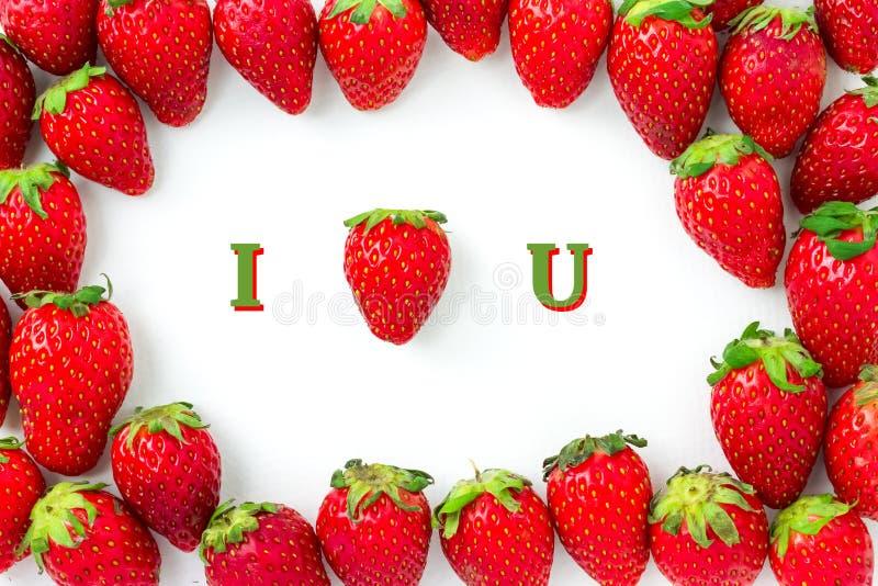 Jordgubbeblicken som hjärtaform, är det medlet som JAG ÄLSKAR DIG Gruppen av jordgubbar är ordnad som ram med skugga arkivfoton