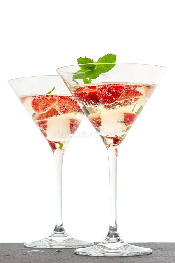 Jordgubbecoctail med bäret i martini exponeringsglas som isoleras på whit royaltyfria foton