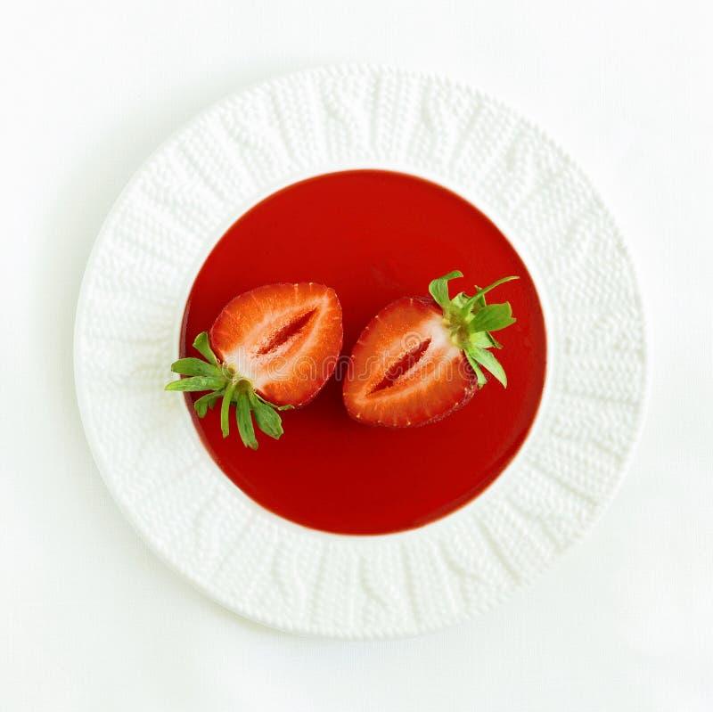 Jordgubbedriftstopp på en platta med nya jordgubbar i en hög tangent Jordgubbejujube Sommarefterrätt arkivfoton