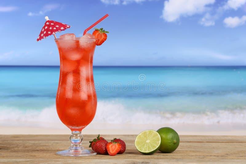 Jordgubbefruktcoctail på stranden royaltyfria bilder