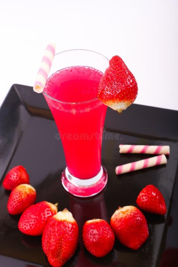 Jordgubbefruktsaft med jordgubbar fotografering för bildbyråer