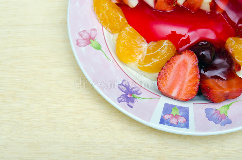 Jordgubbegeléefterrätt som smaksättas med det halva stycket av jordgubben, fotografering för bildbyråer