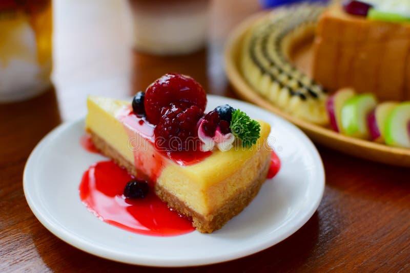 Jordgubbekaka- och blåbärsötsaker av mat arkivfoto