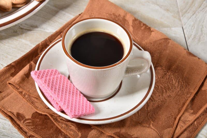 Jordgubbekakor med kaffe arkivbilder