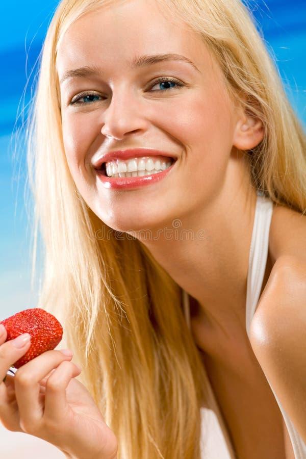 jordgubbekvinnabarn royaltyfri bild