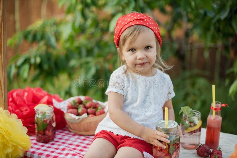 Jordgubben och mintkaramellen ingav detoxvatten jordgubbelemonad med is och mintkaramellen som den förnyande drinken för sommar i arkivbild