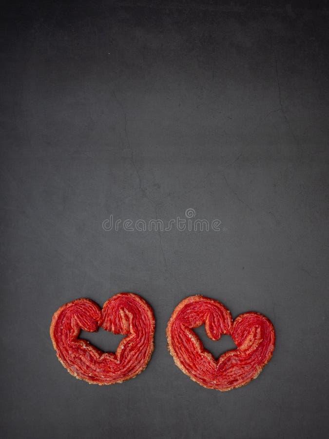 Jordgubben pusta hjärta-format på granitbräde arkivbilder