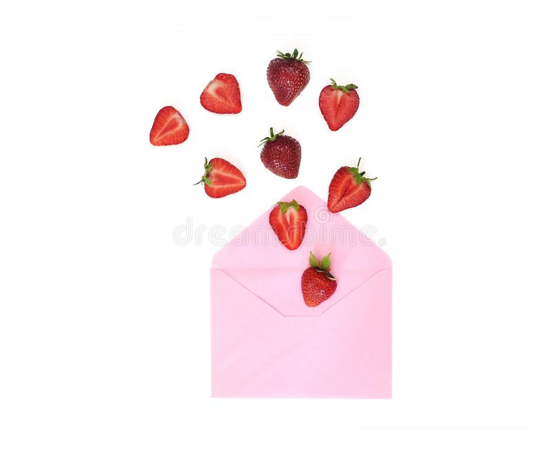 Jordgubben skjuter av från pappers- rosa kuvert Idérik jordgubbe på vit bakgrund Den bästa sikten, lägenhet lägger med stället fö royaltyfri fotografi
