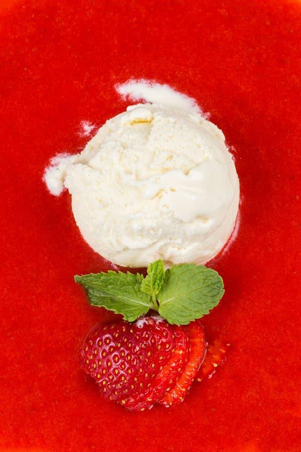 Jordgubbesoppa med glass- och mintkaramellblad arkivbild