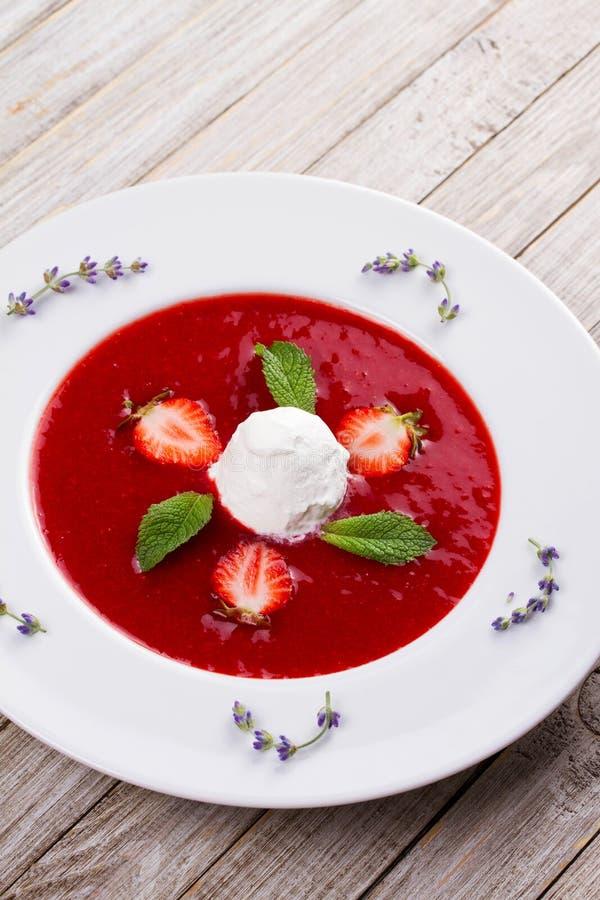 Jordgubbesoppa med glass och mintkaramellen arkivbild