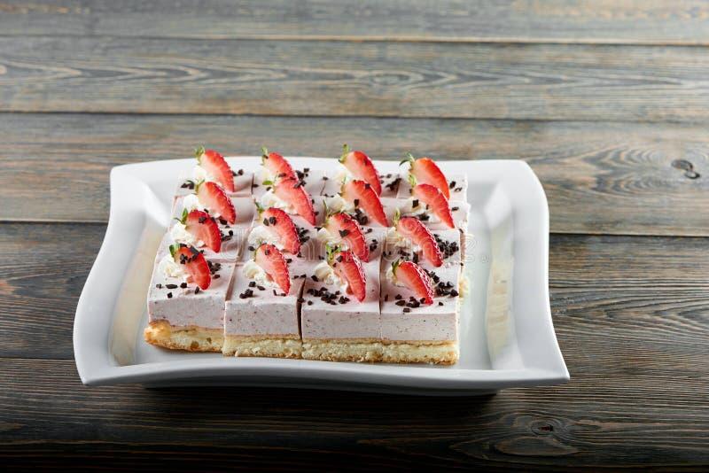Jordgubbesouffleuppsättning som dekoreras med grated choklad royaltyfri foto