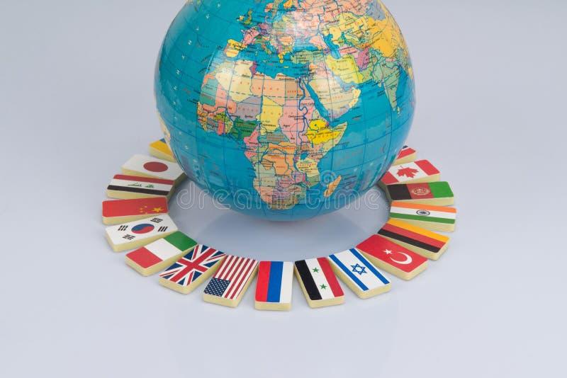 Jordklot och nationsflaggor av världen royaltyfri fotografi
