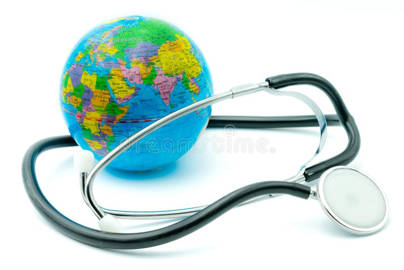 Jordklot och stetoskop på vit bakgrund, miljö- nöd- begrepp, global vård- övervakning royaltyfri fotografi