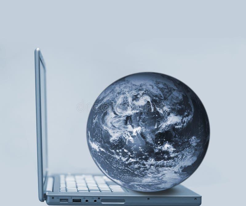 jordklotbärbar dator royaltyfri bild