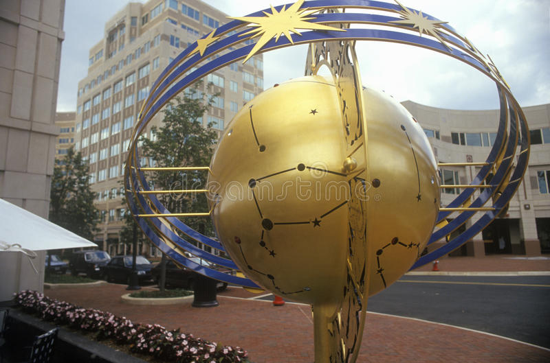 Jordklotet och konstellation skulpterar i Reston, VA-stadmitten, en planerad gemenskap royaltyfria bilder