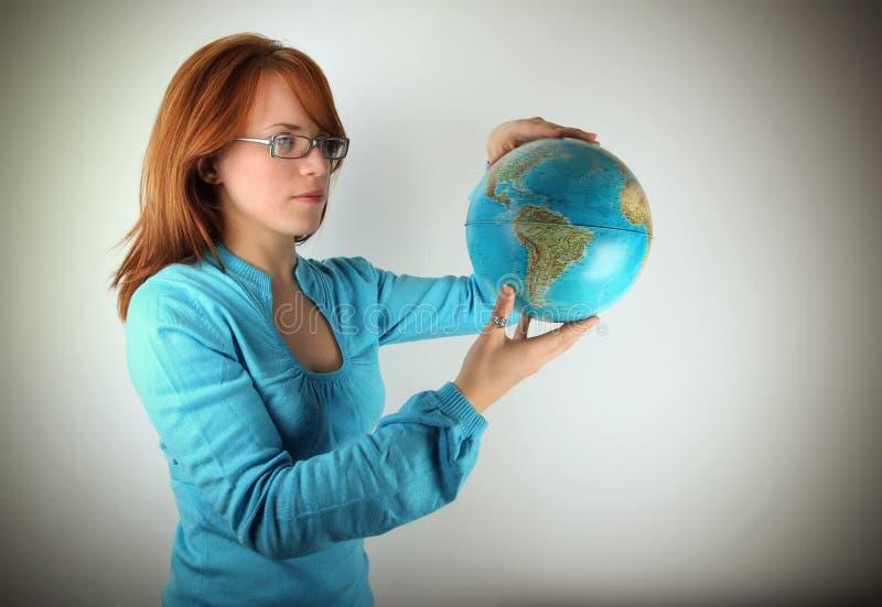 jordklotholdingkvinna arkivbild