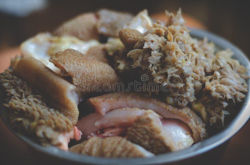 Jordnötköttskivor Stora stycken av nötköttkomagen i en bunke Selektiv mjuk fokus arkivfoto