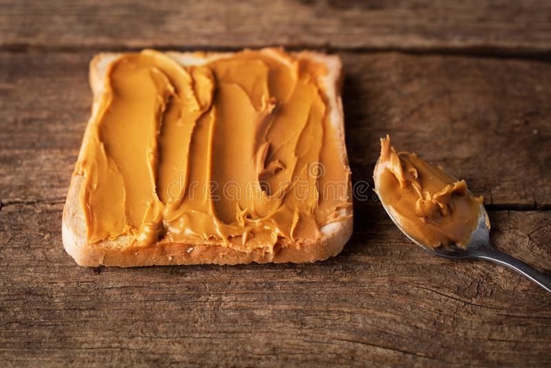 Jordnötsmör på rostat bröd royaltyfria bilder
