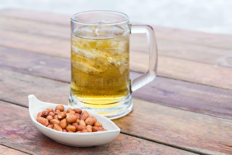 Jordnötter med salt och öl fotografering för bildbyråer
