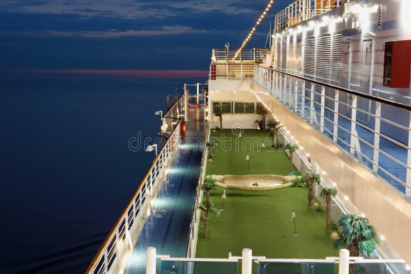 Jordning för minigolf på däck av shipen. fotografering för bildbyråer