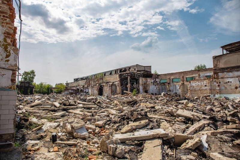 Jordskalv- eller krigefterdyning eller orkan eller annan naturkatastrof, brutna förstörda övergav byggnader, piller av konkret av royaltyfria foton