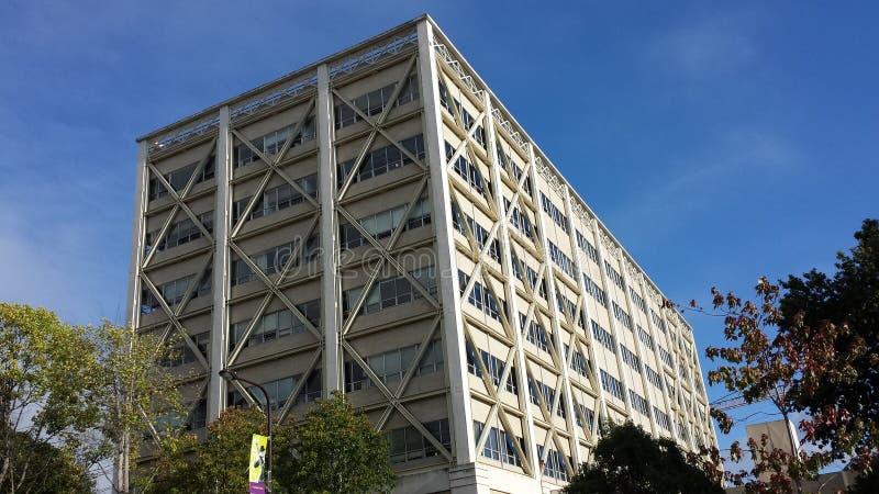 Jordskalv-förstärkt kontorsbyggnad royaltyfri bild