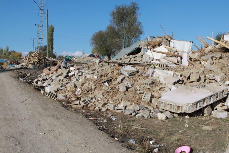 jordskalvet ged kbulak skåpbil by arkivfoton