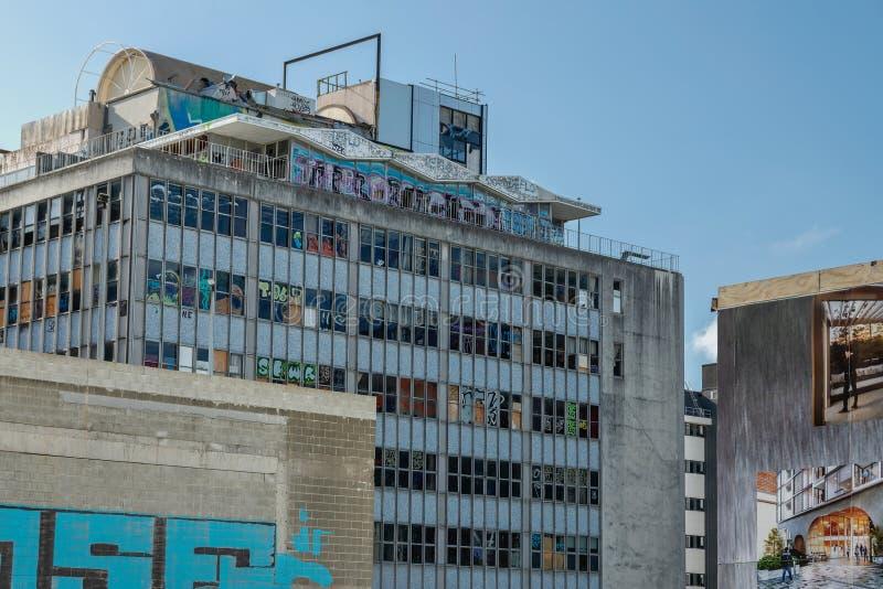 Jordskalvet skadade kontorsbyggnad i i stadens centrum Christchurch, den södra ön av Nya Zeeland royaltyfria bilder