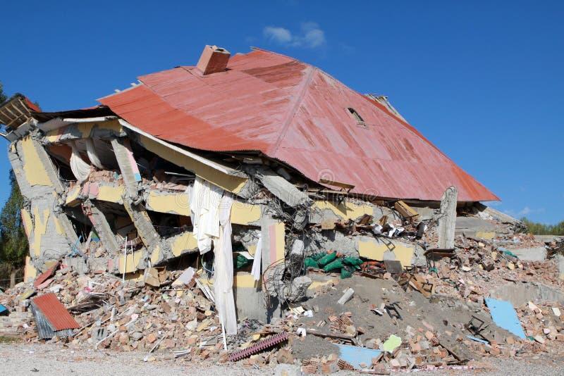jordskalvgedikbulakskåpbil arkivfoton