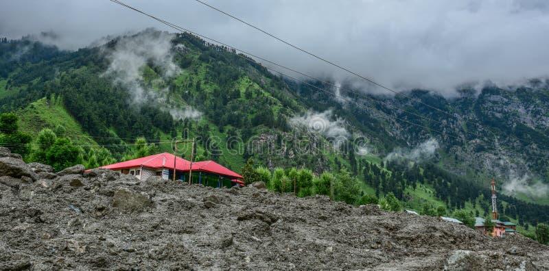 Jordskred och rockfalls på berget royaltyfri fotografi