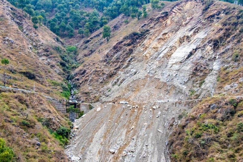 Jordskred och rockfalls på vägen i bergen royaltyfri foto