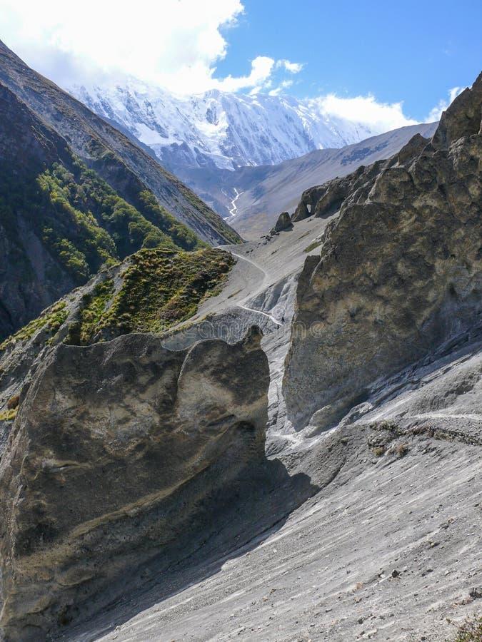 Jordskredområde som eroderas vaggar och det Tilicho maximumet, Nepal arkivfoton