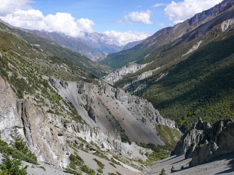 Jordskredområde som eroderas vaggar - vägen till den Tilicho basläger, Nepal arkivbilder