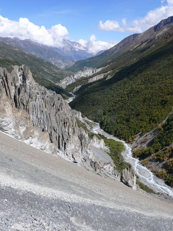 Jordskredområde som eroderas vaggar - vägen till den Tilicho basläger, Nepal arkivfoton
