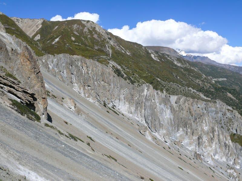 Jordskredområde som eroderas vaggar - vägen till den Tilicho basläger, Nepal arkivfoto