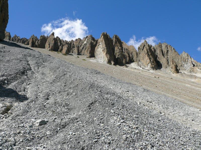 Jordskredområde som eroderas vaggar - vägen till den Tilicho basläger, Nepal arkivbild