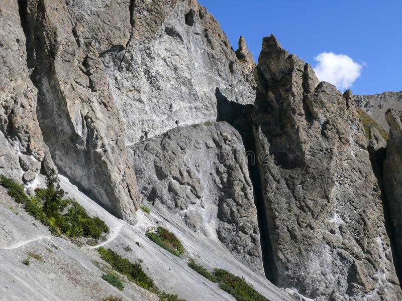Jordskredområde som eroderas vaggar - vägen till den Tilicho basläger, Nepal royaltyfria bilder