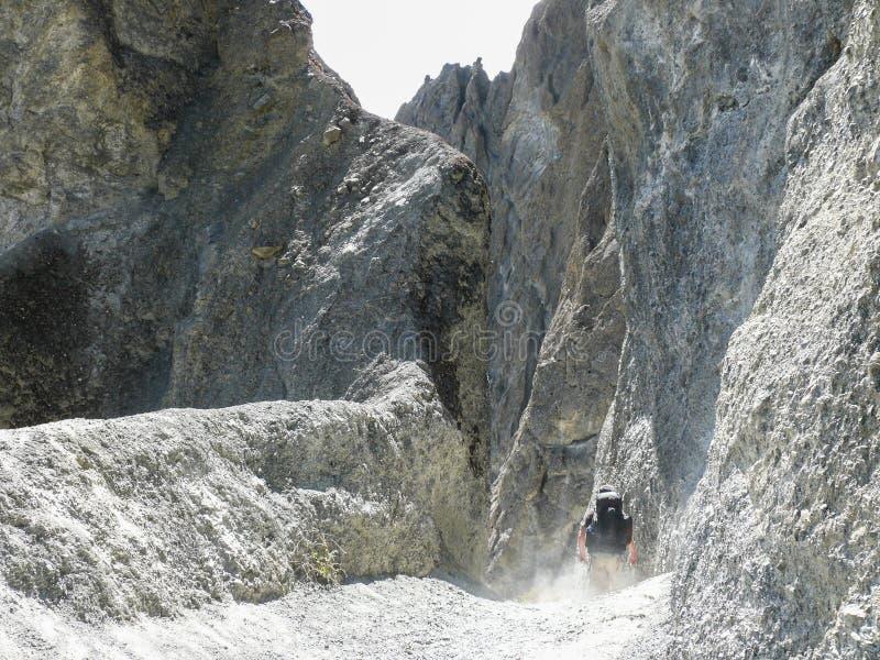 Jordskredområde - väg till den Tilicho basläger, Nepal arkivbilder