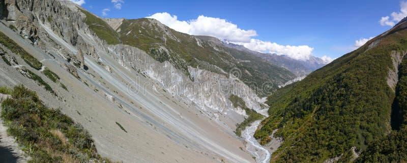 Jordskredområdespanorama som eroderas vaggar - vägen till den Tilicho basläger, Nepal arkivfoto