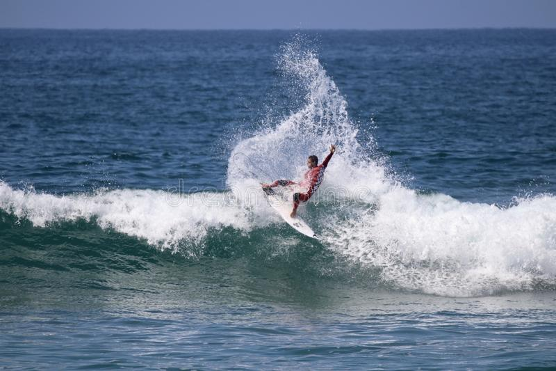 Jorgann Couzinet konkurriert im US Open des Surfens 2018 stockfotos