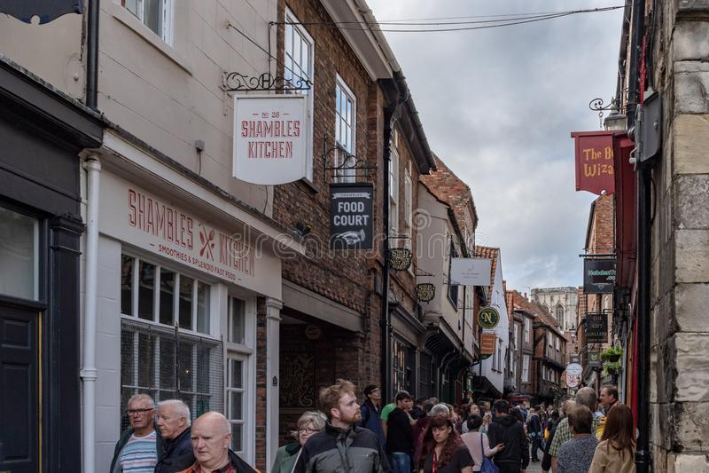 Jork, Anglia - 20 2018 Lipiec: Ludzie chodzi na ulicie t zdjęcie royalty free